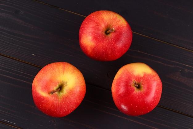 暗い表面にあるフローリンの赤いリンゴ