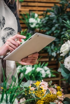 Florist accepts order for flowers delivery