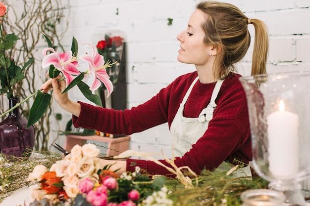 Флорист любуется лилией для букета