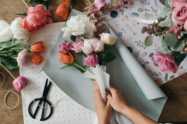 Флорист, составляющий букет цветов