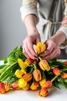 봄 튤립 꽃의 꽃다발을 만드는 직장에서 플로리스트