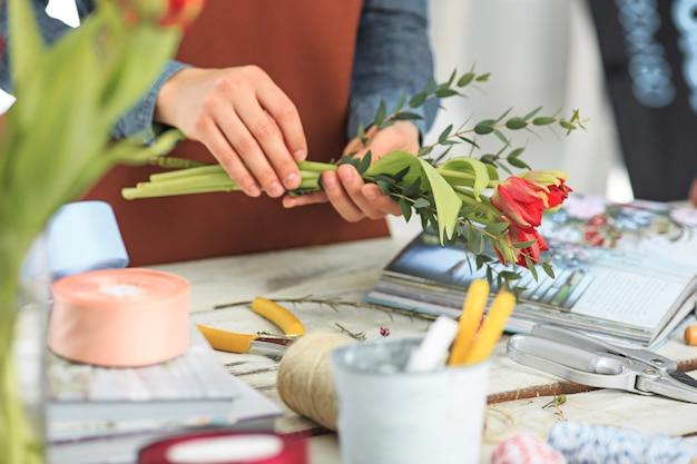 직장에서 꽃집 패션을 현대적으로 만드는 여성의 손