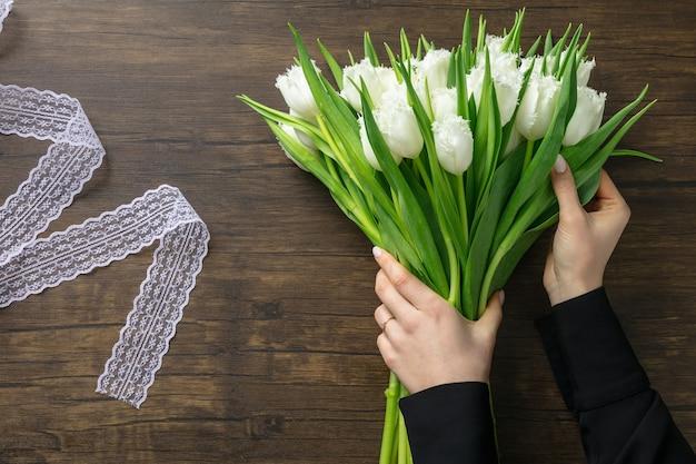 나무 표면에 다른 꽃의 패션 현대 꽃다발을 만드는 직장 여성의 플로리스트