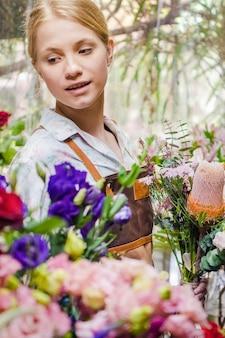 Флорист у букетика цветов