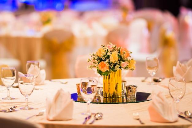 Флористический декор в помещении свадебного стола