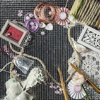 Рабочий стол флориста с рабочими инструментами и лентами