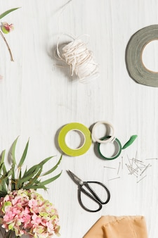 Рабочий стол флориста с рабочими инструментами