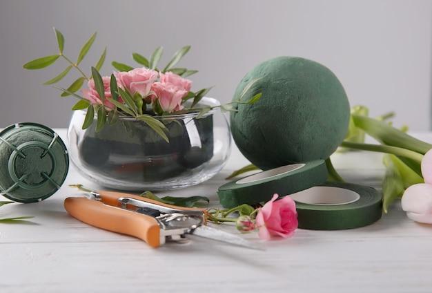나무 테이블에 꽃과 꽃집 장비