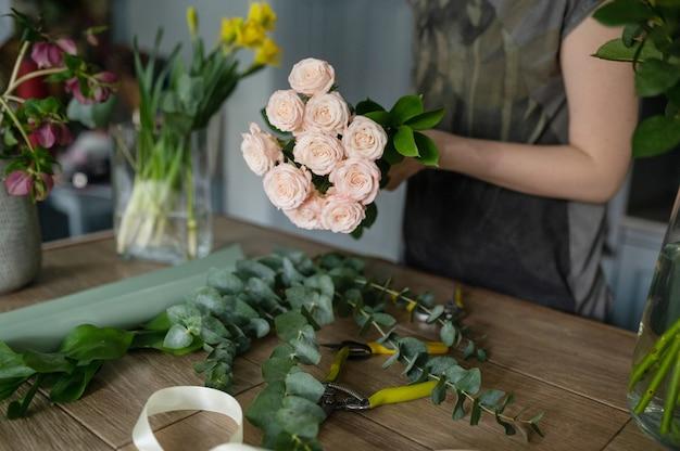 플로리스트 소녀는 꽃다발을 만든다. 꽃 가게.