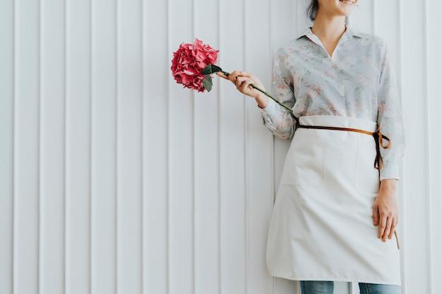 花商手里拿着一朵粉红色的绣球花高山玫瑰