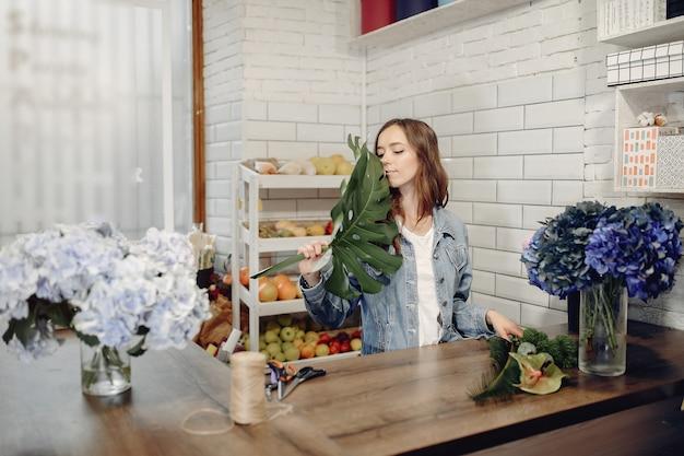 꽃다발을 만드는 꽃집에서 꽃집