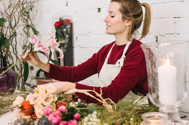 Флорист смотрит на лилию для букета
