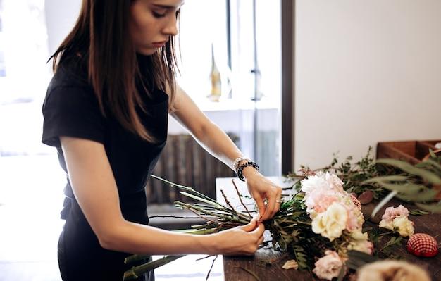 꽃집은 꽃집의 테이블에 신선한 꽃 꽃다발을 만듭니다.