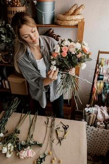 Флорист делает красивую цветочную композицию