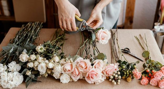 美しい花の花束を作る花屋