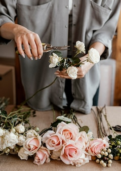 Флорист делает красивый цветочный букет