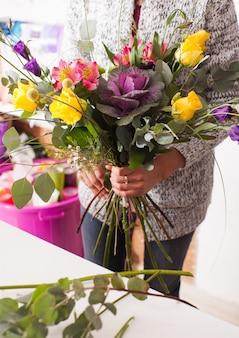 꽃다발을 만드는 플로리스트