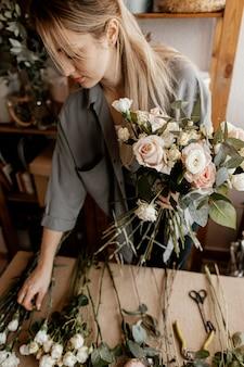 Fiorista che fa una bella composizione floreale
