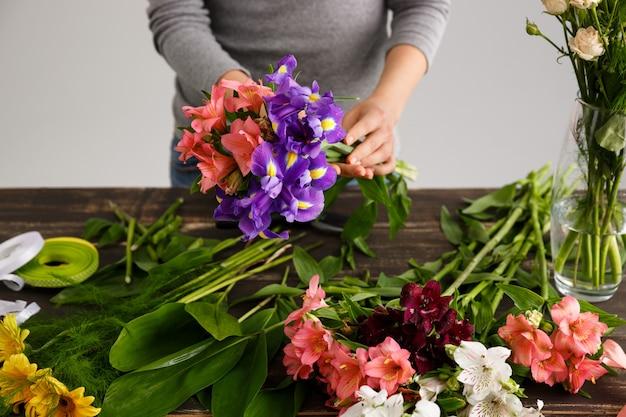Fiorista che fa i fiori del mazzo in vaso
