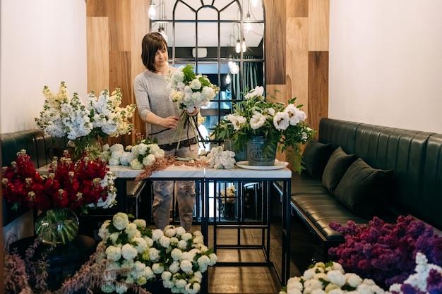 フラワーショップで花束を作る花屋