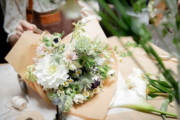 꽃집에서 꽃다발을 만드는 꽃집