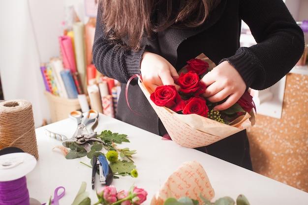 아름 다운 빨간 장미의 패션 꽃다발을 만드는 꽃집