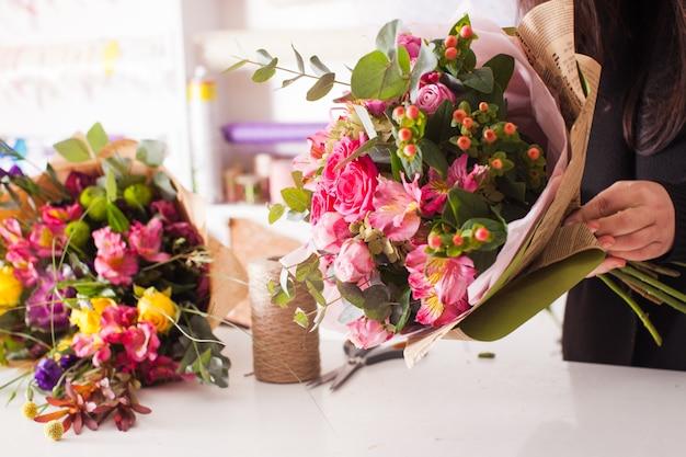 バラで花束を作る花屋