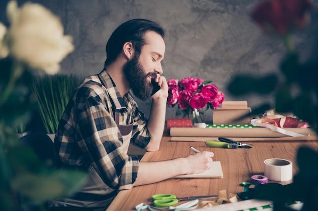 그의 꽃집에서 포즈를 취하는 플로리스트