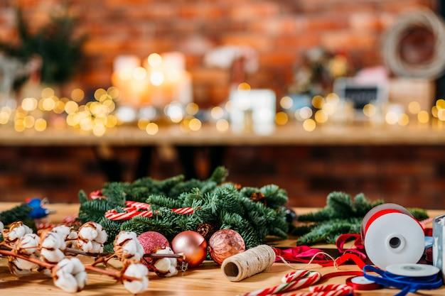 꽃집 서비스. 크리스마스 인테리어 장식. 녹색 전나무 나무 나뭇 가지, 공, 리본의 배열.