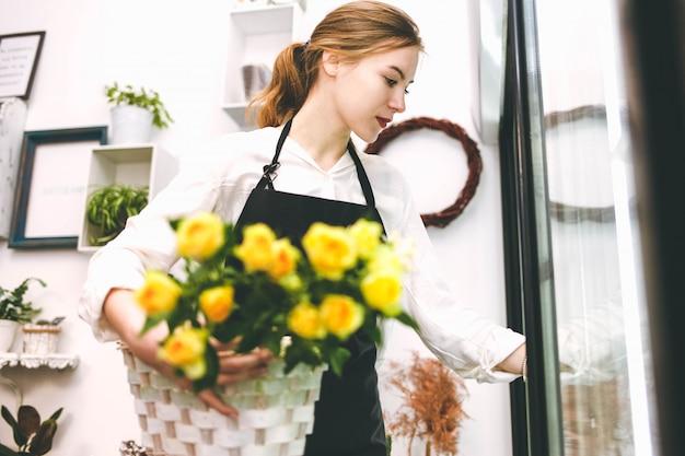 花屋は冷蔵庫から花を取り出します。