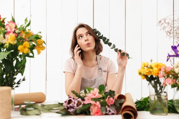 꽃을 많이 위에 서있는 플로리스트 여자