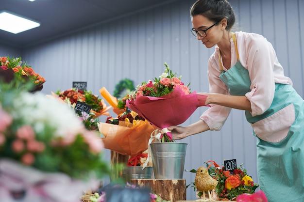 Флорист работает в магазине