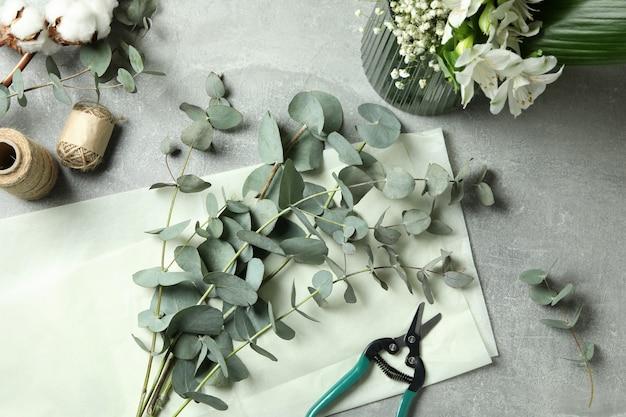 회색 테이블에 유칼립투스, 꽃과 목화와 꽃 개념