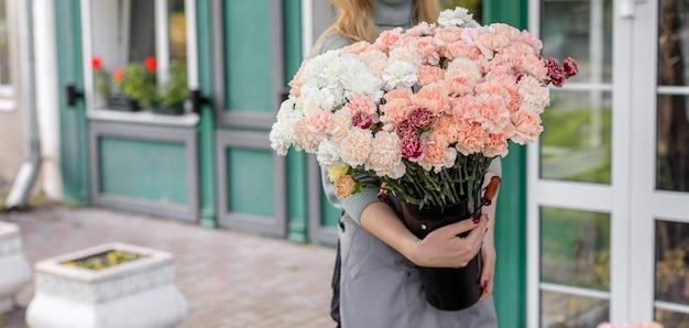 플로리스트 리 개념. 아름다운 꽃의 꽃다발. 봄 색상. 꽃집에서 꽃집의 일