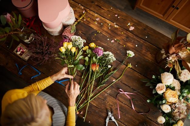花束を作る花屋