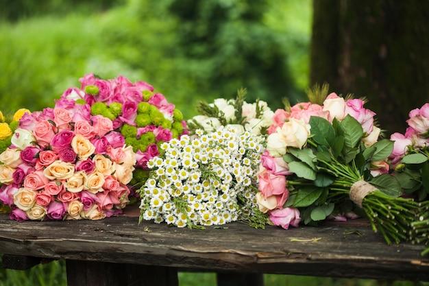 Стол флористов с подготовленными букетами