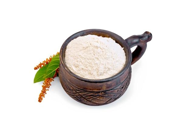 白い背景で隔離の花と粘土のボウルに小麦粉アマランサス