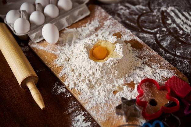 반죽을 만들기 시작하는 사람들을 위한 밀가루와 계란