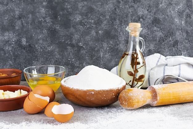Мука и ингредиенты для приготовления теста. ингредиенты для выпечки пиццы, хлеба, хлебобулочных изделий.