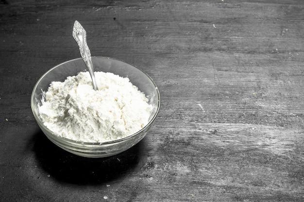 ボウルに小麦粉。黒い黒板に。