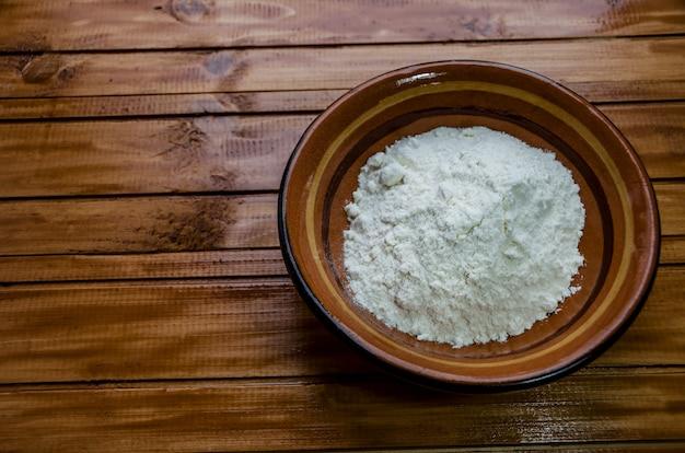 テーブルの上の皿に小麦粉