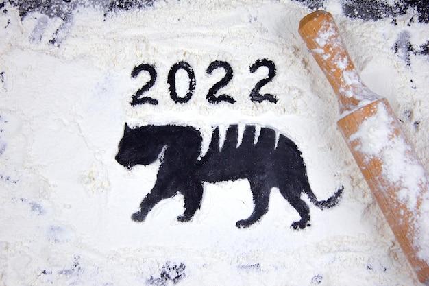 호랑이의 어두운 배경과 실루엣에 밀가루, 2022년 새해, 실루엣과 새해 상징, 중국 설날 크리스마스