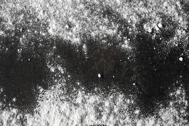 中央に空きスペースがあるさびた背景に小麦粉
