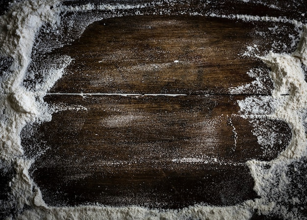 木製のテーブルに散らばる小麦粉
