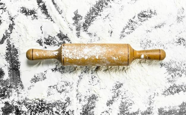 木製の麺棒で小麦粉。上面図