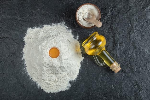 暗い表面に卵黄とオイルボトルを入れて小麦粉をまぶします。