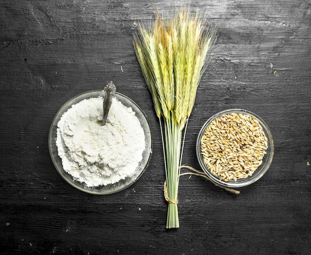 小穂と小麦粉。黒い黒板に。