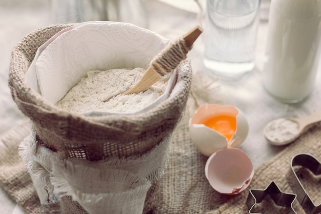 자루와 깨진 달걀에 숟가락으로 밀가루