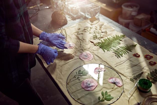 다양한 종류의 말린 꽃이있는 밀가루 가게
