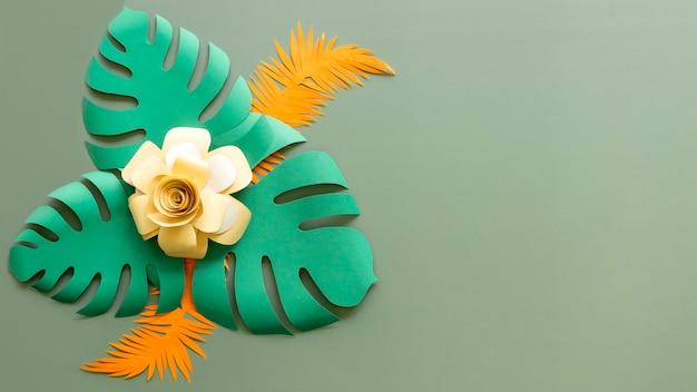 Цветок и листья в бумажном стиле с копией пространства